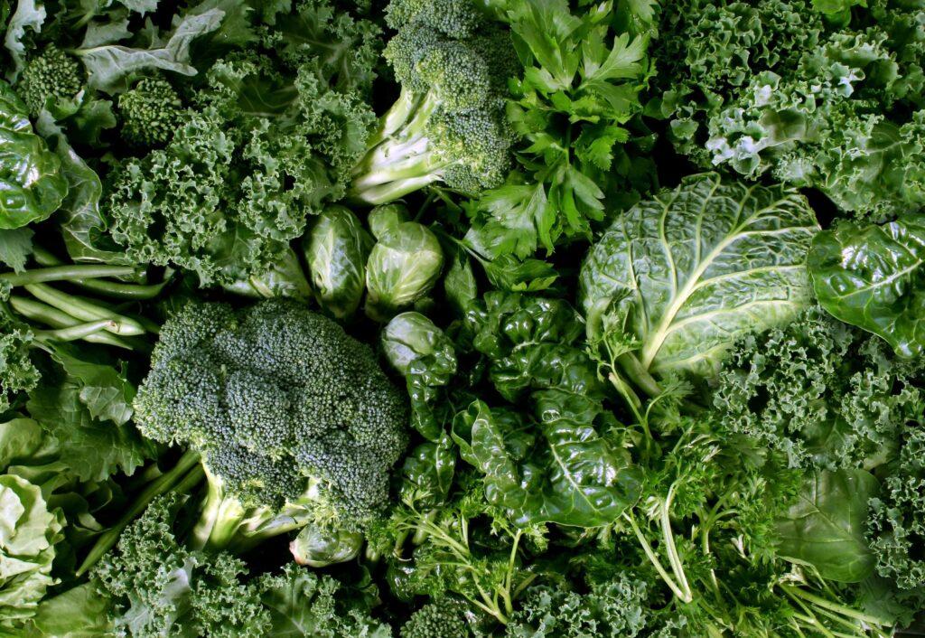 در کل، این نوع از سبزیجات دارای موادی چون ویتامینها، املاح معدنی و آنتیاکسیدان هستند که بخشهای مغزی مرتبط با حافظه، هشیاری و پردازش اطلاعات را تقویت مینمایند و سلامت ذهنی را بهبود میبخشند.