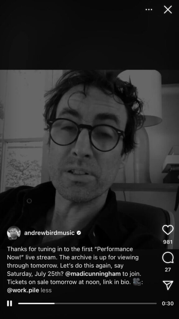 آقای اندرو برند در یک لایو با تم سیاه سفید که در حال اطلاع رسانی درباره کنسزت میباشد.