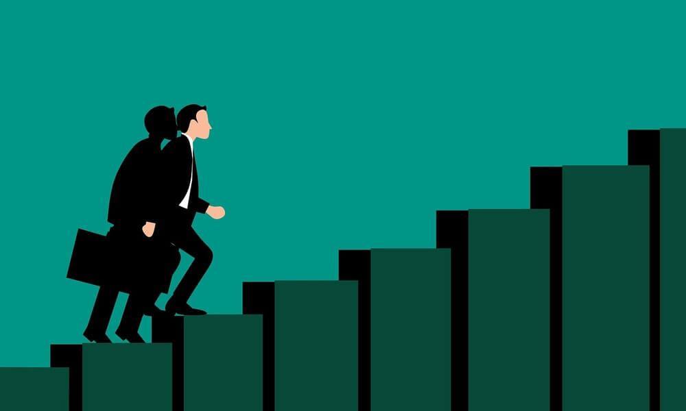 بعد از طراحی مسیر شغلی، نوبت به یافتن و پرورش مهارتهای مورد نیاز برای موفقیت کاری میرسد. اگر هماکنون جایی شاغل هستید، پس با استفاده از موقعیت فعلی و فرصتهای آموزشی محیط کاریتان برای توسعه مهارتهای شغلی استفاده کنید.